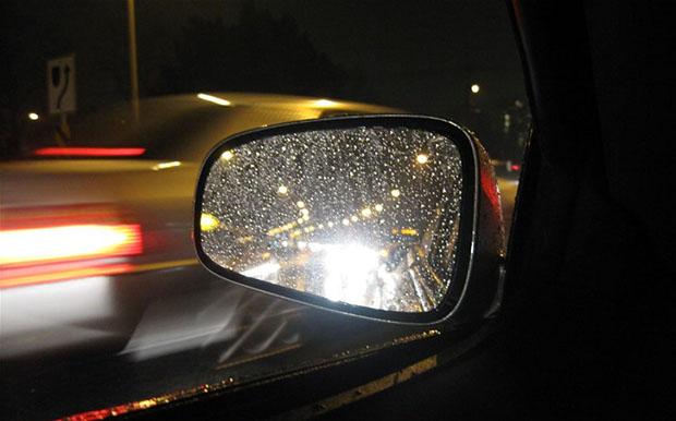 Không nên nhìn trực diện vào đèn pha xe ngược chiều khi lái xe ban đêm